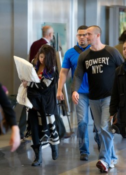 f1e5f8171148957 Selena Gomez is Cute With Her Pillow @ LAx 1/21/12