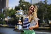Виктория Азаренко, фото 218. Victoria Azarenka Posing with the Australian Open Trophy along the Yarra River in Melbourne - 29.01.2012, foto 218