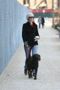 Энн Хэтэуэй, фото 5926. Anne Hathaway 'Walking her dog in Brooklyn', february 5, foto 5926