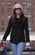 Энн Хэтэуэй, фото 5948. Anne Hathaway 'Walking her dog in Brooklyn', february 5, foto 5948