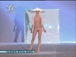 golie-modeli-na-podiume-foto
