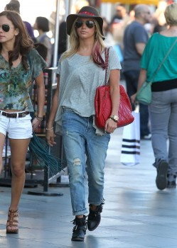 Эшли Тисдэйл, фото 7836. Ashley Tisdale goes out with some friends Santa Monica, march 3, foto 7836